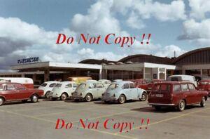 Volkswagen-Main-Dealer-Showroom-Norwegen-spaeten-Sechzigerjahren-Kaefer-amp-t2-Bus-Foto-2
