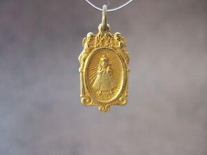 Vintage-Catholic-Medal-INFANT-JESUS-of-PRAGUE-ornate-w-Angels-Gold-Brass