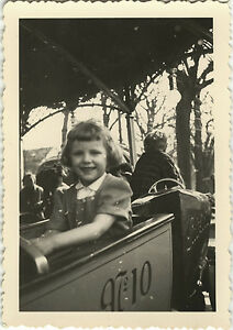 PHOTO-ANCIENNE-VINTAGE-SNAPSHOT-FILLE-MANEGE-FETE-FORAINE-MERRY-GO-ROUND