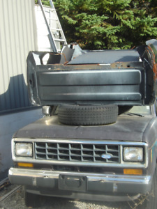 REDUCED 1987 FORD BRONCO XLT 4X4 TRUCK + LOTS OF PARTS INCLUDED