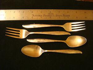Vintage-Community-Silver-Flower-2-teaspoons-and-2-salad-forks-silverplate-flatwa
