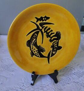 Assiette dessin Jean Lurçat Sant Vicens motif poisson noir sur fond jaune 20A