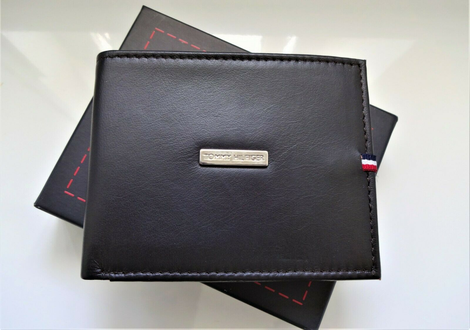 AUTHENTIC NEW Men's Tommy Hilfiger Bifold Credit Card Wallet, Metal Logo, Brown