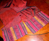 Wunderschöner Schal aus weinrotem Duchesse mit farbigen Abschlussborten