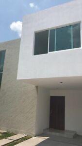 Preciosa Casa en Punta Esmeralda, Jardín, Pasillo Lateral, 3 Recamaras, Luxury