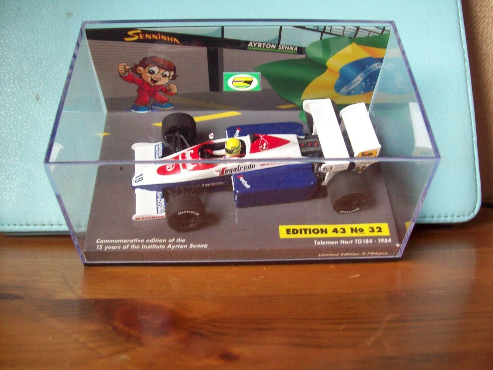 1/43 Ayrton Senna no 32 transportaba Hart TG184 2018