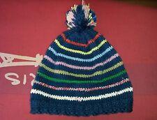 In Heimarbeit gestrickte Bommel Mütze aus reiner Wolle in Blau + bunten Ringeln