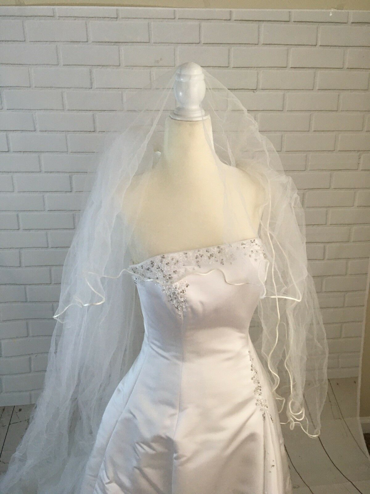 Wedding Dress Women's Size 6  With Vail Maggie So… - image 9