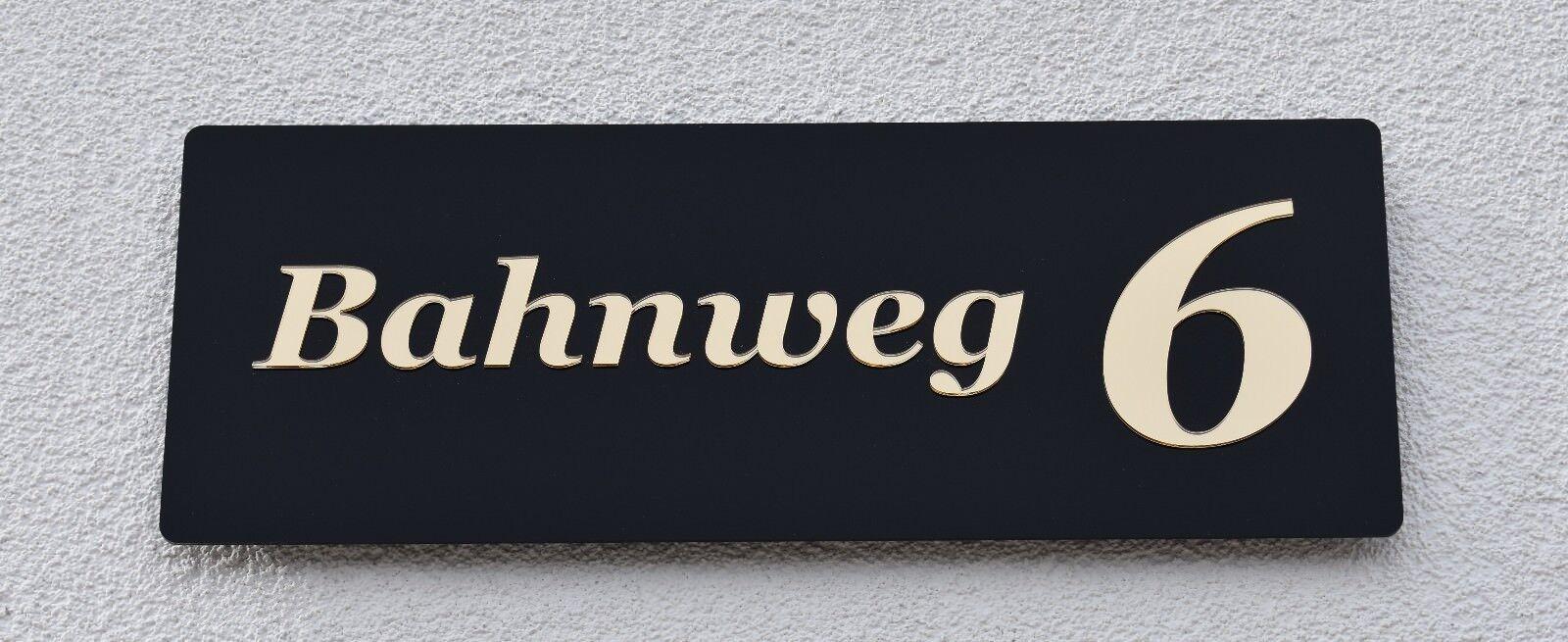 Hausnummer Hochglanz Schwarz 9H01 Acryl   Gold