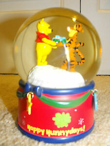 Winnie-The-Pooh-Musical-Water-Globe-Plays-034-We-Wish-You-A-Merry-Christmas-034