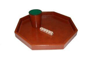 Juegos de mesa. Bandeja con vaso de poker y dados.
