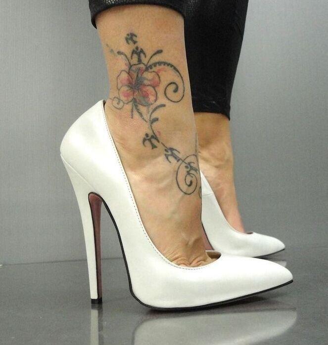 Zapatos de tacones altos, zapatos de cuero blancoo.