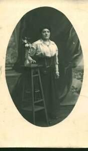 Carte-photo-ancienne-femme-en-tenue-du-dimanche-posant-en-studio-en-1930