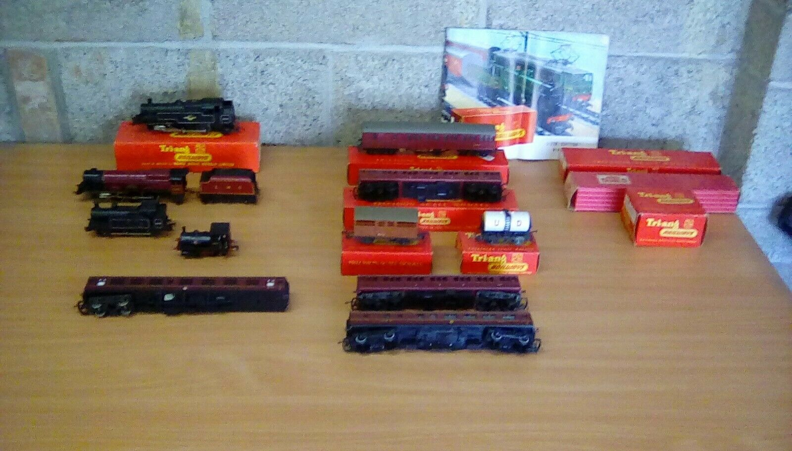 OO  Model Railway job lot  Triang trains & carriages boxed items,kitmaster lima