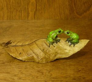 Top-Collection-Enchanted-Story-Fairy-Garden-4157-KISSING-FROGS-ON-LEAF-NIB