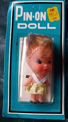 """VINTAGE JAPAN 3/"""" BLOND PIN ON DOLL WHITE STRAPS YELLOW DRESS NEW ON CARD 70/'S?"""