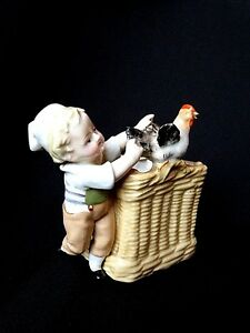 Statuette-vide-poche-bouquetiere-en-porcelaine-enfant-a-la-poule