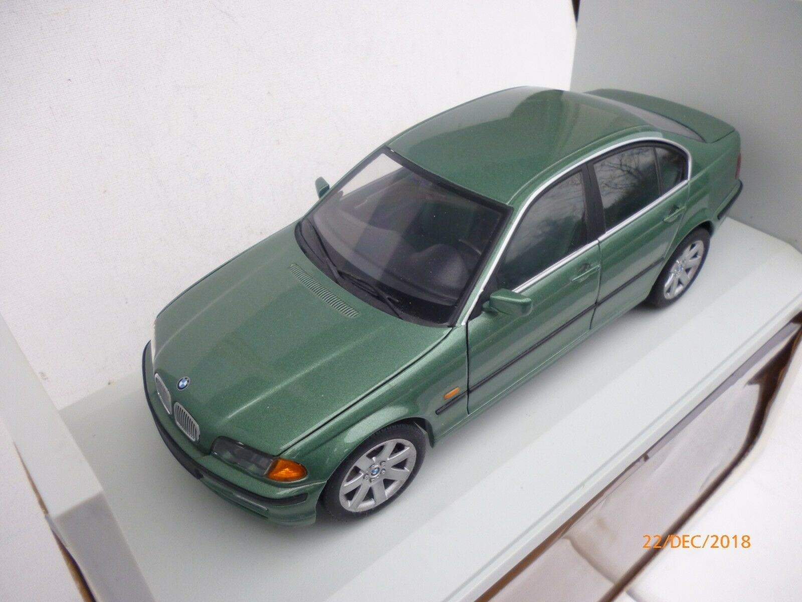 UT MODELS 328 i  BMW E-46 3 SERIES  SALOON  V=6 POWER  verde METALLIC NM BOX