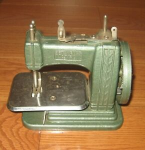 1950-039-s-Vintage-BETSY-ROSS-Miniature-Child-HAND-CRANK-Sewing-Machine-Toy-Rare