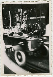 PHOTO-ANCIENNE-VINTAGE-SNAPSHOT-ENFANT-MANEGE-FETE-FORAINE-MOUVEMENT-CHILD