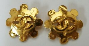 Chanel-Logo-CC-Gold-Tone-Clip-on-Clip-on-Vintage-Costume-Earrings-Made-in-France