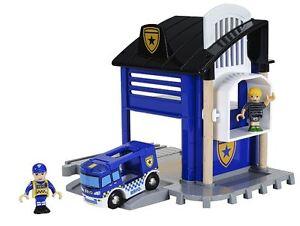 Brio 33813 Polizeistation mit Einsatzfahrzeu<wbr/>g