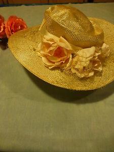 Initiative écru Clair ,superbe Chapeau Avec Fleurs Tissus Et Ruban Satiné