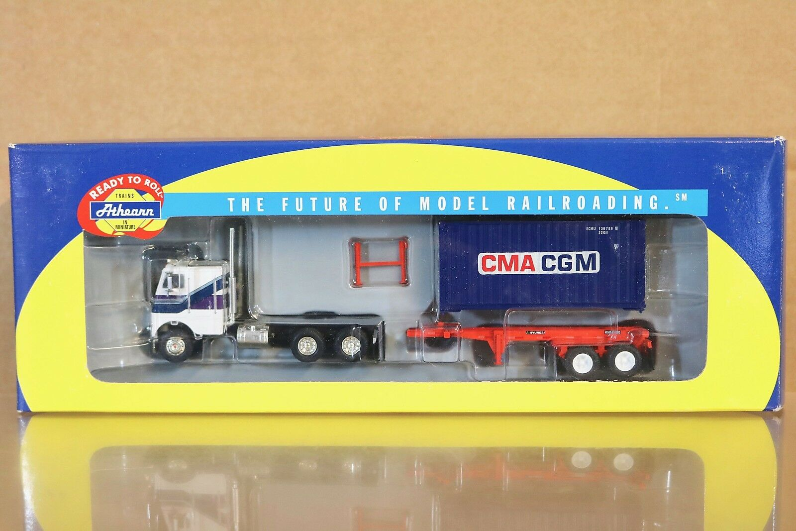ATHEARN 92121 FREIGHTLINER TRACTOR & CMA CGM 20' CONTAINER HYUNDAI CHASSIS nn