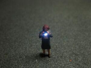 F52 - H0 Fotograf mit LED Beleuchtung Alte Frau Figur 1:87