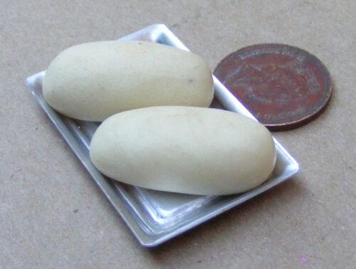 2 sin cocer barras de pan en una Bandeja De Metal Casa De Muñecas En Miniatura De Comida Panaderia