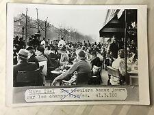 ww2 photo press  Paris 1941 Champs-Elysée un officier allemand assis      251