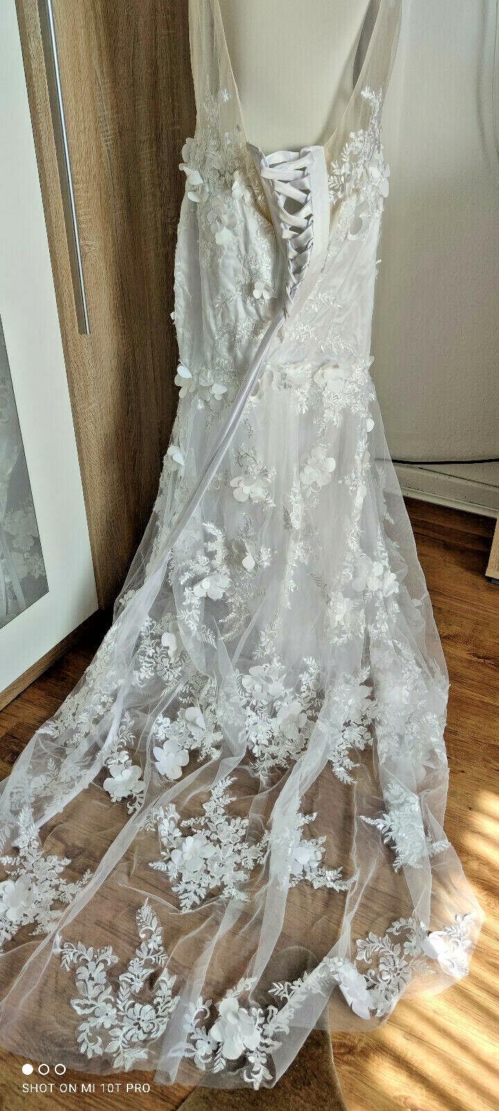 traumhaftes Brautkleid mit tiefen Rücken und langer Schleppe