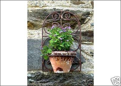 Antik-Art Grosser Blumentopf am Eisengitter Gartendekoration