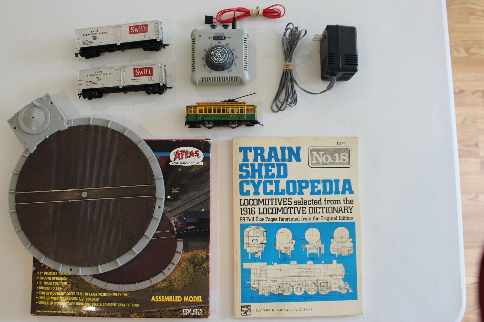 LOT of VARIOUS HO TRAIN MEMORBILIA  TURNTABLE, libro, REFRIGERATOR autoS & MORE