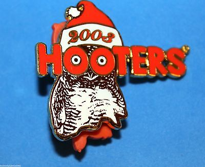 HOOTERS RESTAURANT COLLECTIBLE 2004 CHRISTMAS PRESENT GIRL HAPPY HOLIDAYS PIN