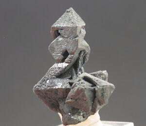 5637-Haematit-nach-Magneteisenerz-Sorte-martite-Vulkan-payun-matru-Argentinien
