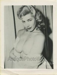 Blonde-nude-naked-woman-with-earrings-vintage-pin-up-photo