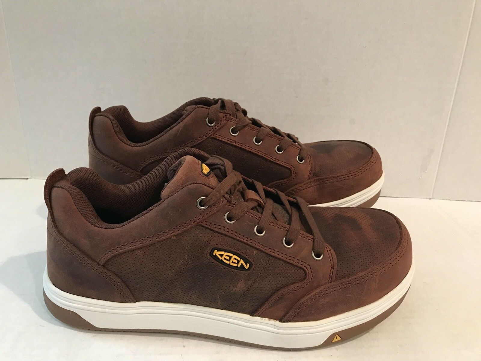 KEEN UTILITY MEN'S LOW SHOES COLOR BROWN SUEDE SIZE 9 NEW SAMPLE