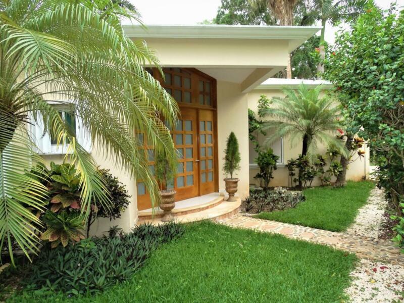 Casa en Venta/Renta de 5 Recámaras SEMI AMUEBLADA   Piscina   Sala de TV en Zona Cumbres, Cancún