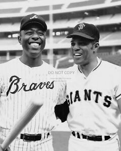 HANK-AARON-AND-WILLIE-MAYS-BASEBALL-HALL-OF-FAMERS-8X10-SPORTS-PHOTO-AA-538