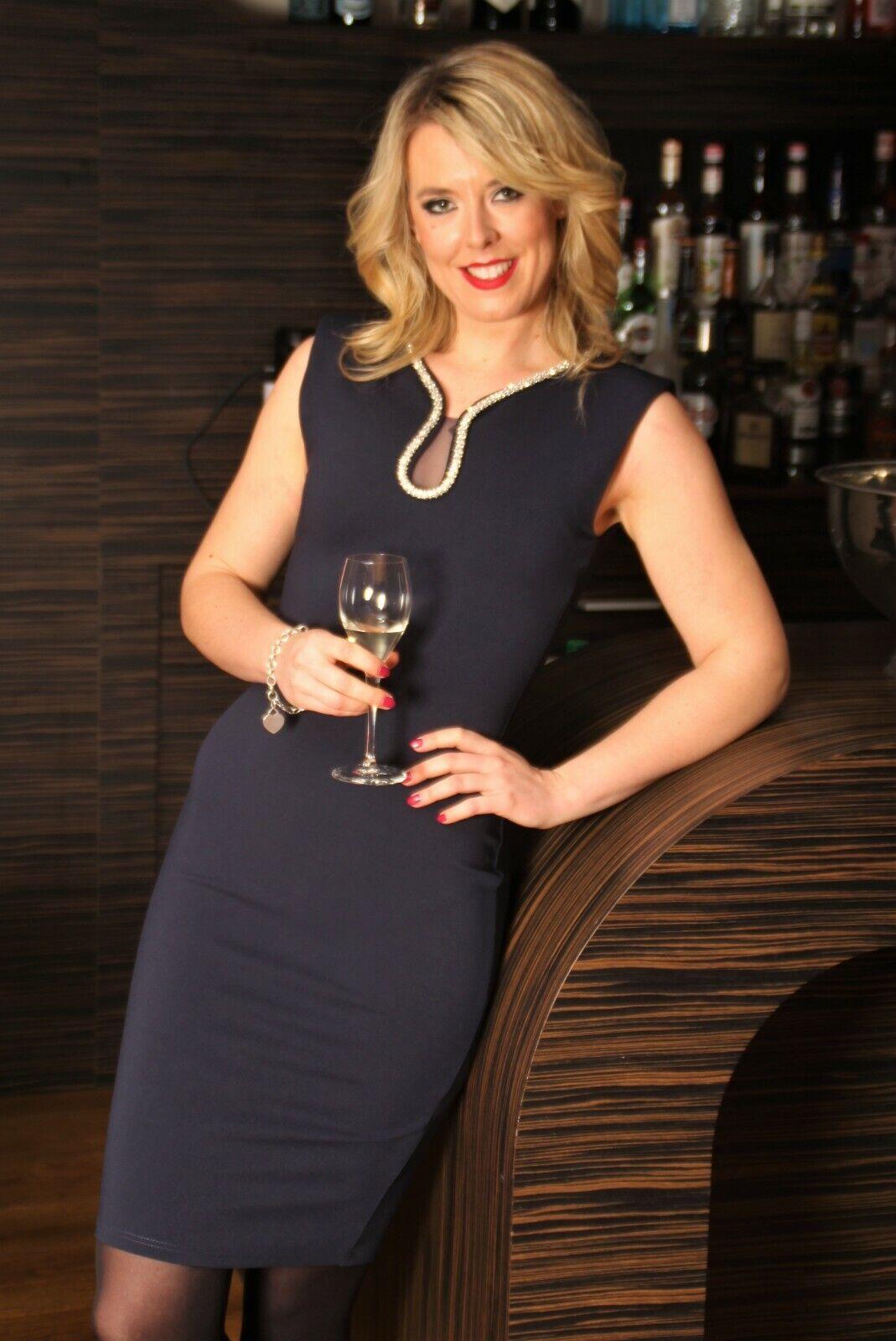 Kleid - Etuikleid als elelgantes Partykleid mit glitzer Schmucksteinen für Damen