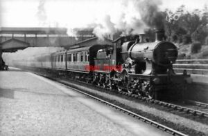 PHOTO-GWR-4-4-0-RUNS-THROUGH-ST-ANNES-PARK-RAILWAY-STATION-EDWARDIAN-ERA