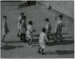 Gert-Maehler-Spanische-Kinder-beim-Ballspiel-Barcelona-Original-Foto-von-1964