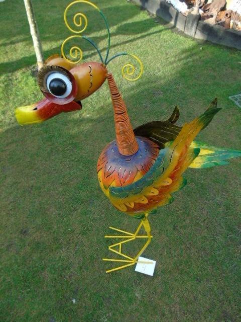 Oiseau en fer forgé avec tête ressort ,bouge tous seul avec le vent    girouette