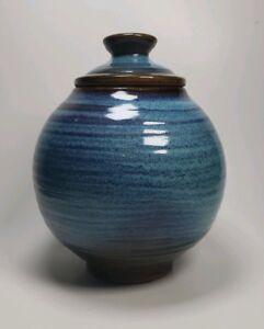1965 Harding Noir Poterie Bleu Glacé jarre à couvercle 8 in (environ 20.32 cm) globulaire Texas artiste-afficher le titre d`origine QNZDoXkO-09164038-160914202