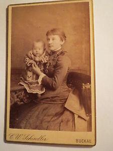 Buckau-sitzende-junge-Frau-im-Reifrock-mit-Baby-Kulisse-CDV