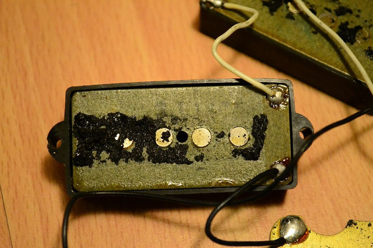 1975 Fender Precision Bass Pickups + Covers, Ground Plate + Mounting screws