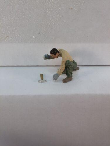 Arttista Man stooping w//hammer  #1364 O Scale On30 On3 Figures People Artista
