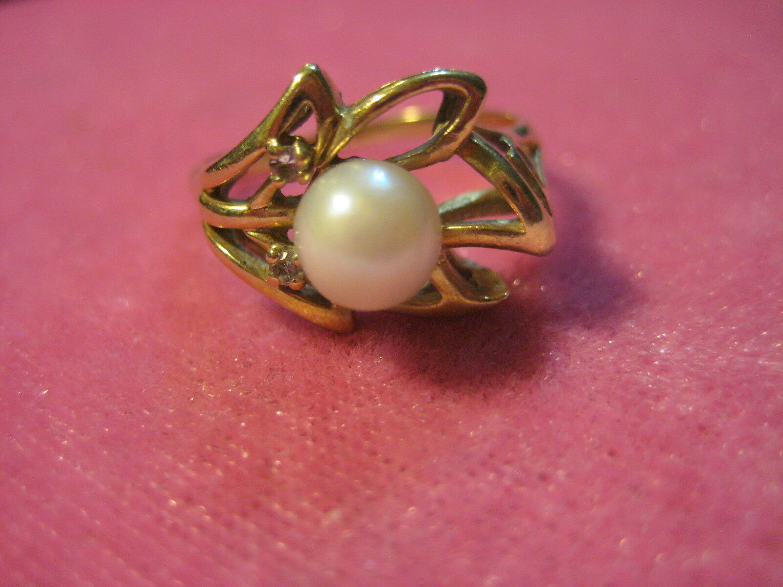 14K Genuine Pearl and 2 Diamond Ring Yellow gold 3.6 grams. Size 6.25