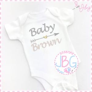 Baby Shower//Neuf Bébé Cadeau Unisexe Grow Personnalisé Brodé baby gilet//Onsie